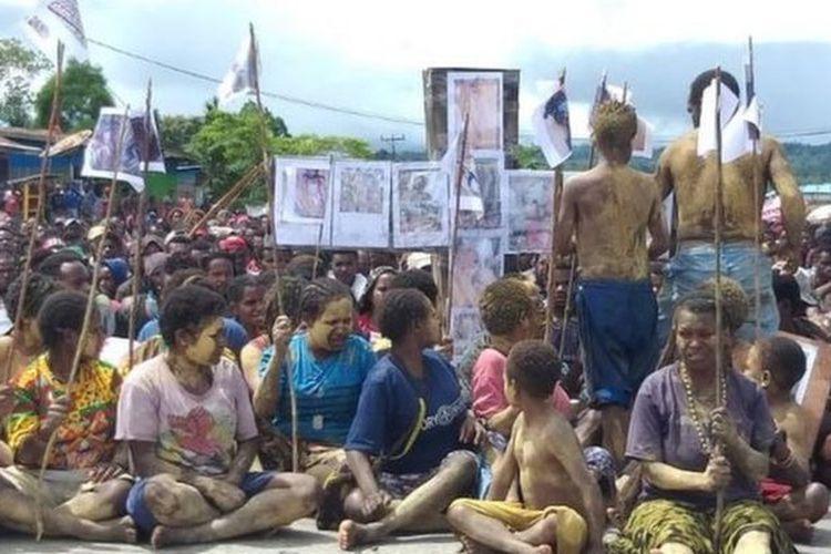 Gelombang aksi demonstrasi terjadi di Nduga, di pegunungan tengah Papua, menuntut keadilan tewasnya dua warga diduga oleh pasukan TNI.