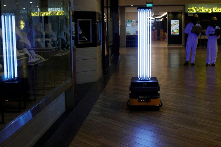 Singapura kembangkan robot pintar untuk penyemprotan disinfektan dengan sinar ultraviolet (UVC) di pusat perbelanjaan.