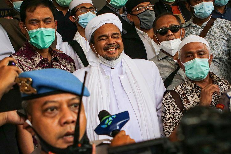 Rizieq Shihab (tengah) bersiap menjalani pemeriksaan di Mapolda Metro Jaya, Jakarta, Sabtu (12/12/2020). Rizieq Shihab tiba di Mapolda Metro Jaya untuk diperiksa sebagai tersangka kasus pelanggaran protokol kesehatan terkait kerumunan di Petamburan, Tanah Abang, Jakarta pada 14 November lalu. ANTARA FOTO/Fauzan/foc.