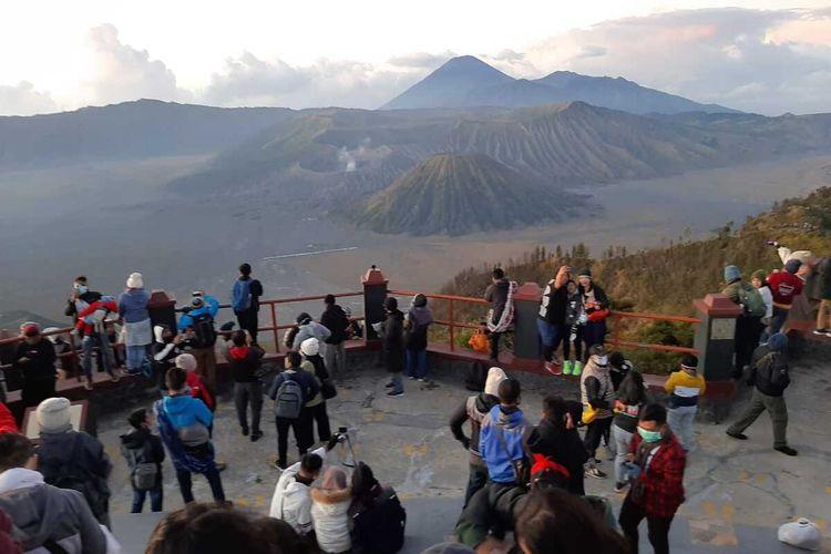 Wisatawan berburu sunrise Gunung Bromo di view point bukit Penanjakan Pasuruan Jawa Timur, Sabtu (3/10/2020).