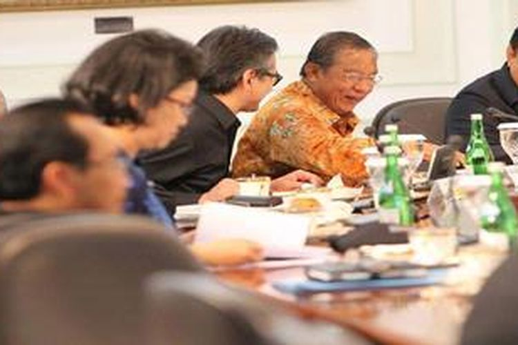 Menko Kesra sekaligus pelaksana tugas Menpora Agung Laksono, Gubernur BI Darmin Nasution, Menteri Luar Negeri Marty Natalegawa (kanan ke kiri) dan Menhan Purnomo Yusgiantoro (kanan) berbincang sebelum Sidang Kabinet di Kantor Presiden, Jakarta, Kamis (27/12/2012). Sidang tersebut mengagendakan pemaparan Wantimpres dan UKP4 menyangkut evaluasi dan observasi kinerja kabinet.