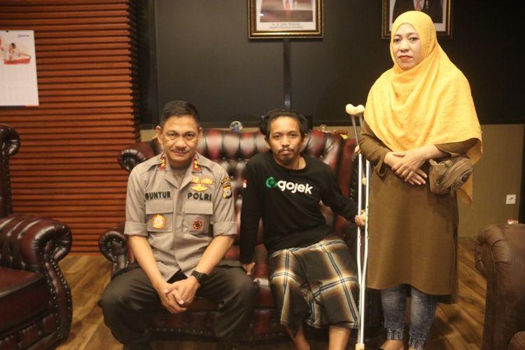 Kapolda Sulsel Irjen Pol Mas Guntur Laupe (kiri) saat menemui Irfan Rahmatullah, driver ojek online yang jadi korban tabrakan kendaraan taktis milik polisi di Mapolda Sulsel, Selasa (22/10/2019).(KOMPAS.COM/HIMAWAN)