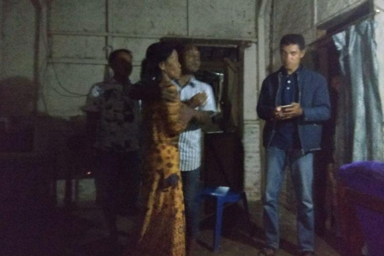 Ibu kandung Suliono yang histeris dan mengusir polisi yang akan memeriksa kamar pribadi milik anaknya Minggu (11/2/2018)
