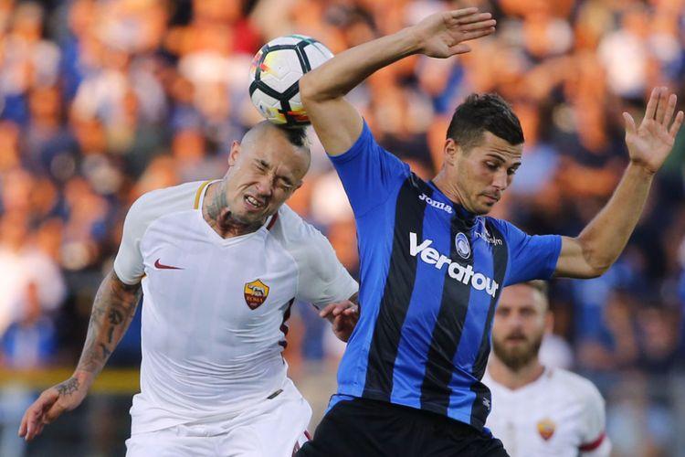 Radja Nainggolan berduel di udara dengan Remo Freuler pada pertandingan Serie A antara Atalanta dan AS Roma di Atleti Azzurri dItalia, Minggu (20/8/2017).