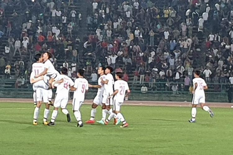 Selebrasi pemain Thailand U-22 setelah mengalahkan Kamboja pada babak semifinal Piala AFF U-22 yang digelar di Stadion Nasional, Minggu (24/2/2019). Thailand akan menghadapi Indonesia pada babak final Piala AFF U-22.