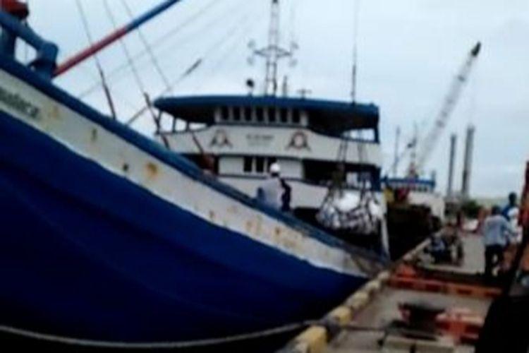 Kapal KM Lima Saudara saat proses muat di Gresik Jawa Timur. Kapal ini mengangkut 650 ton pupuk dan tenggelam di Pangkalan Bun.