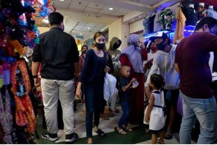 Pengunjung, termasuk anak-anak, ikut berbelanja di Mal Ciledug, Kota Tangerang, Banten, Selasa (19/5/2020).