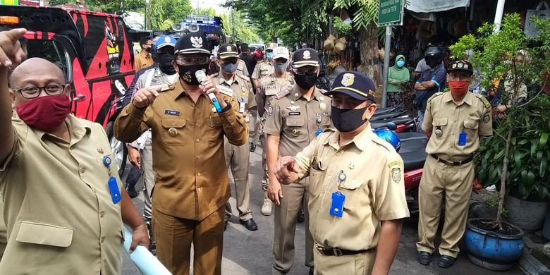 TURUN?Walikota Madiun, Maidi turun langsung ke pasar-pasar mengingatkan pedagang dan pengunjung untuk memakai masker dan menjaga jarak mengingat ramainya kondisi pasar menjelang lebaran tahun ini.