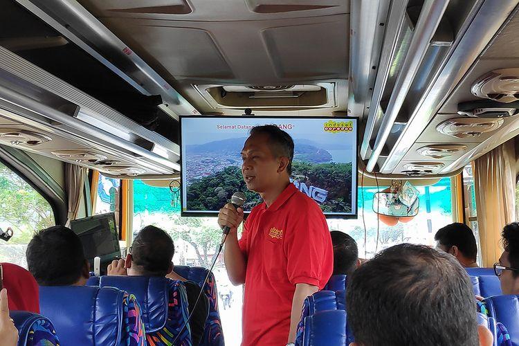 Head of Division Indosat area Sumatera, Selo Poernomo, saat menjelaskan titik uji coba jaringan di kota Padang, Sumatera Barat, Kamis (25/4/2019)