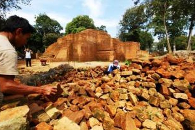 Ekskavasi - Seorang masyarakat setempat sedang melakukan ekskavasi penggalian Candi untuk membantu Balai Pelestarian Cagar Budaya Jambi di komplek Candi Kedaton dalam kawasan percandian Muarajambi,Selasa (16/7/2013).Kawasan percancian Muarajambi diduga merupakan peninggalan pusat pembelajaran agama Budha di Sriwijaya,luas pencandian Muarajambi tersebut sekitar 17 kilometer persegi dan percandian ini merupakan komplek percandian terbesar di Asia Tenggara.