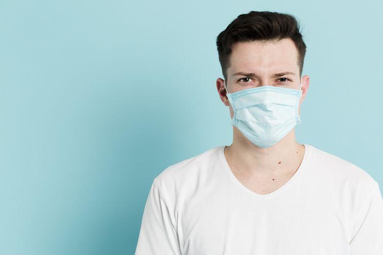 menggunakan masker adalah salah satu cara mencegah penularan virus Covid-19.