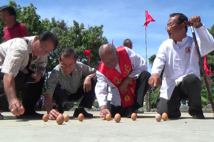Tradisi umat Konghucu membuat telur berdiri tegak di Kelenteng Dewi Laut Pangkal Pinang, Kepulauan Bangka Belitung.