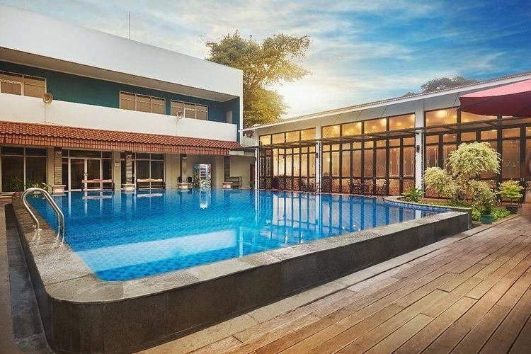 Kolam renang yang jadi salah satu fasilitas di Hotel Patra Comfort Jakarta