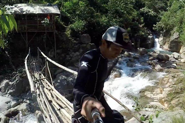 Trekking melintasi jembatan bambu menuju Curug Baliung atau disebut Leuwi Liung, Kecamatan Babakan Madang, Kabupaten Bogor, Senin (7/5/2018).