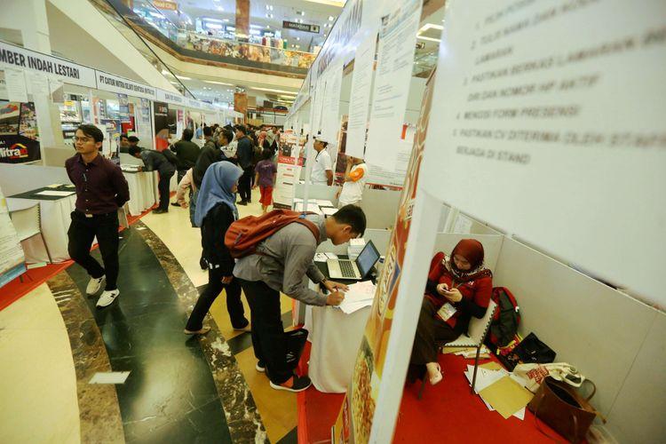 Sejumlah calon pelamar kerja mengunjungi stand perusahaan saat acara Job Fair di Metropolis Town Square, Tangerang, Banten, Kamis (26/7/2018). Dinas Ketenagakerjaan (Disnaker) Kota Tangerang mencatat sebanyak 74.981 jiwa berusia produktif saat ini berstatus penggangguran.