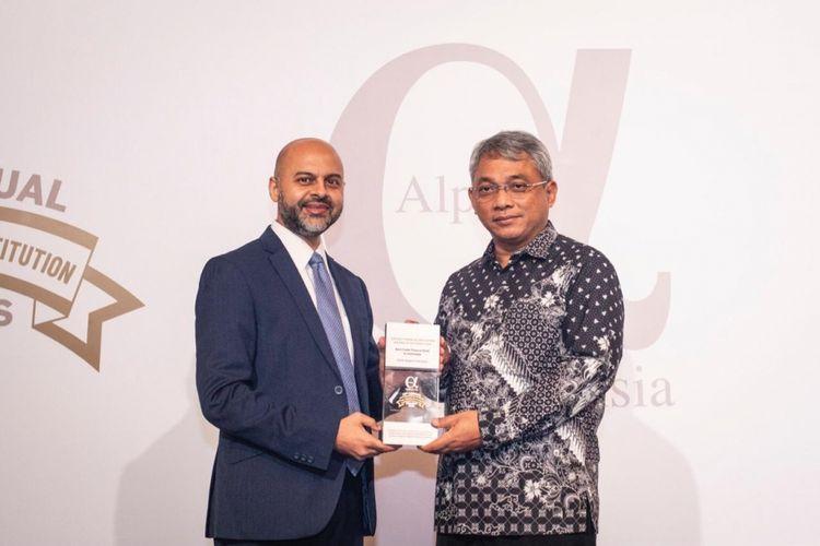 CEO Alpha Southeast Asia Siddiq Bazarwala memberikan penghargaan The Best Trade Finance Bank in Indonesia kepada Direktur Tresuri & Internasional BNI Rico Rizal Budidarmo di Shangri-la Hotel? Singapura, Selasa (18 September 2018)