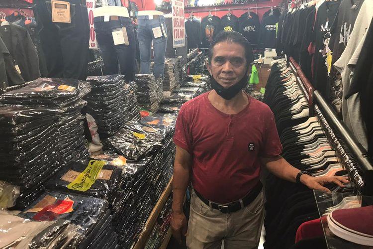Kahar (62), salah satu penjual di Blok M Mall yang telah berjualan sejak tahun 1992. Kahar menganggap Blok M Mall sudah mati dan tak berjaya seperti tahun 1990-2000an.