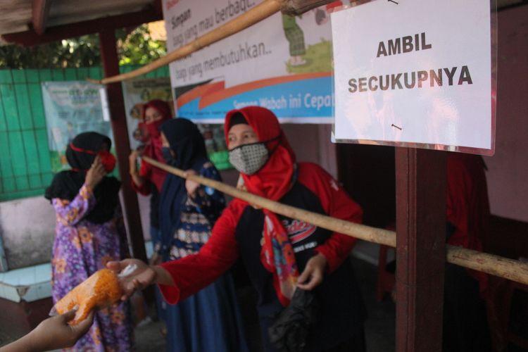 Warga di Kelurahan Muka RW 17, Cianjur, Jawa Barat, mendirikan warung gratis untuk membantu warga yang terdampak pandemi Covid-19. Di warung ini warga disilakan mengambil bahan-bahan untuk memasak seperlunya.