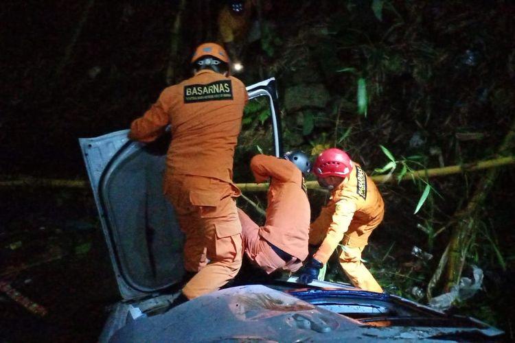 Evakuasi mobil jatuh ke jurang oleh SAR.