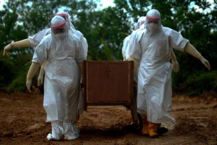 Petugas memakamkan jenazah Pasien Dalam Pengawasan (PDP) COVID-19 di lahan khusus pemakaman di Tarakan, Kalimantan Utara, Senin (04/05)