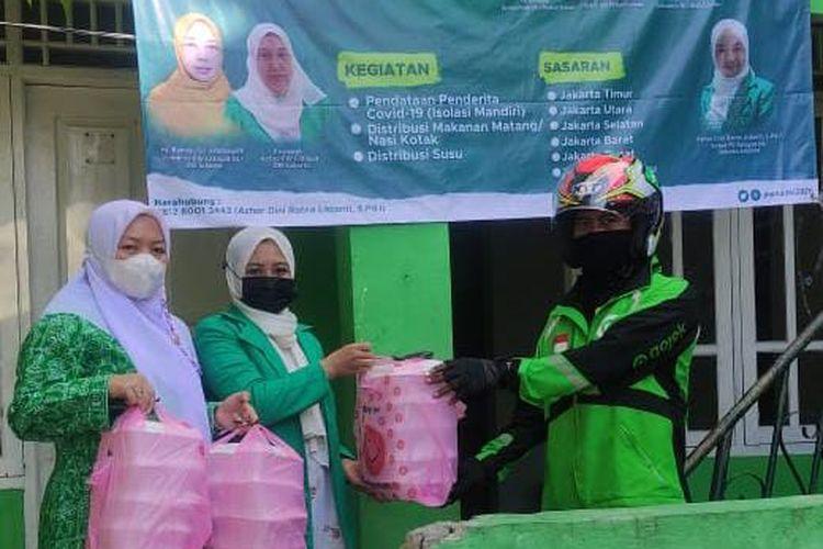 Pimpinan Cabang (PC) Fatayat Nahdlatul Ulama (NU) Jakarta Selatan bersama PWNU DKI Jakarta dan PW Fatayat NU DKI Jakarta serentak mengantarkan makanan gratis kepada pasien Covid-19 yang sedang menjalani isolasi mandiri (isoman).