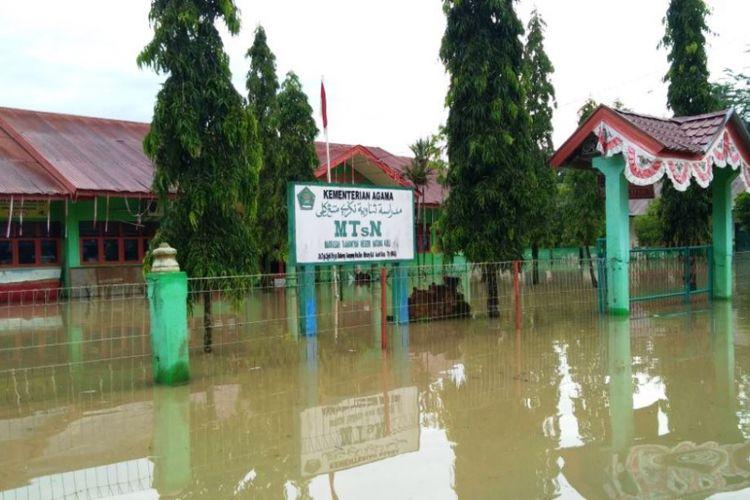 Gedung MTs Negeri Matangkuli terendam banjir di Desa Mee, Kecamatan Matangkuli, Kabupaten Aceh Utara, Selasa (2/10/2018)