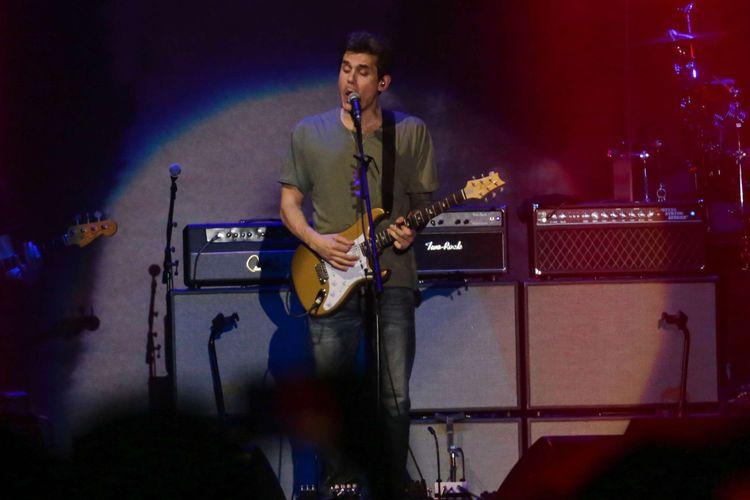 John Mayer saat tampil di acara konsernya di ICE, BSD City, Tangerang, pada Jumat (5/4/2019). Dalam konser yang bertajuk John Mayer World Tour 2019 ini John akan tour di beberapa negara seperti China, Thailand, Australia dan lain-lain