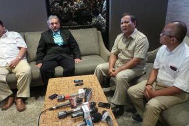 Ketua Dewan Pembina Partai Gerindra Prabowo Subianto di dalam konferensi pers di Primeair Lounge, Bandara Halim Perdanakusuma, Jakarta, Sabtu (28/9/2013).