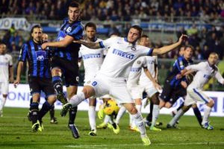 Penyerang Atalanta, Matteo Ardemagni (dua dari kiri) saat berebut bola dengan bomber Inter Milan, Mauro Emanuel Icardi (tengah) pada lanjutan Serie-A, Selasa atau Rabu (30/10/2013). Kedua tim bermain imbang 1-1 pada laga tersebut.