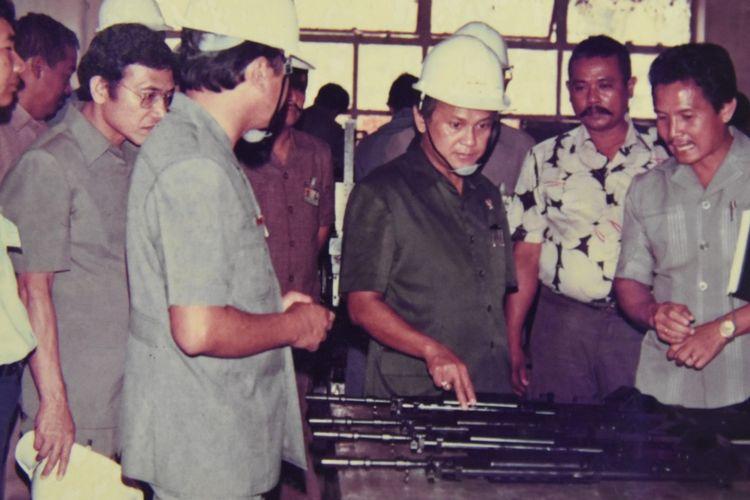 Foto kenangan BJ Habibie saat mengunjungi proses produksi senjata di PT Pindad, Bandung.