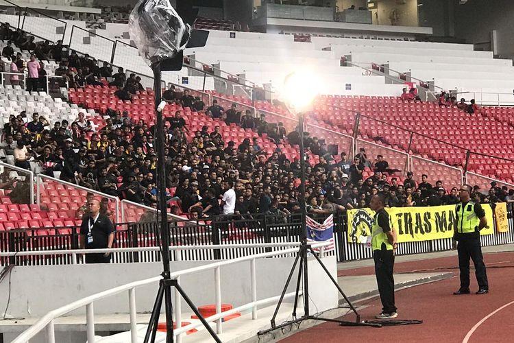 Pendukung tim nasional Malaysia masuk lebih awal ke Stadion Utama Gelora Bung Karno, Senayan, Jakarta, pada Kamis (5/9/2019) sore.