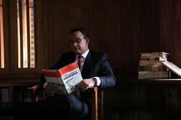 Gubernur DKI Jakarta Anies Baswedan mengunggah foto mrmbaca buku kemerdekaan setelah mendengar pidato kenegaraan dari Presiden Joko Widodo, Senin (16/5/2021)