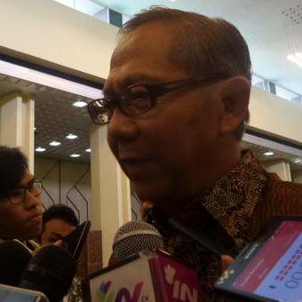 Ketua DPD RI Periode 2004-2009 Ginandjar Kartasasmita di Kompleks Parlemen, Senayan, Jakarta, Kamis (13/10/2016)