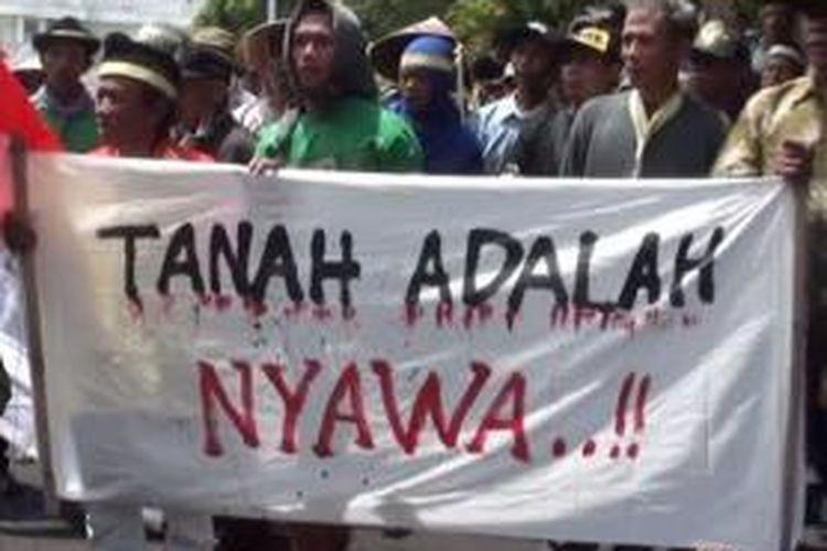 Warga Grajagan melakukan orasi di gedung DPRD Banyuwangi menuntut pembebasan dua warganya dan penyelesaian kasus sengketa tanah.