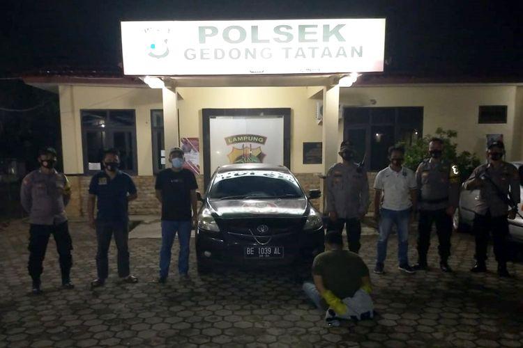 Pelaku percobaan perampokan taksi online, FG (duduk) saat diamankan aparat kepolisian. (FOTO: Humas Polres Pesawaran).