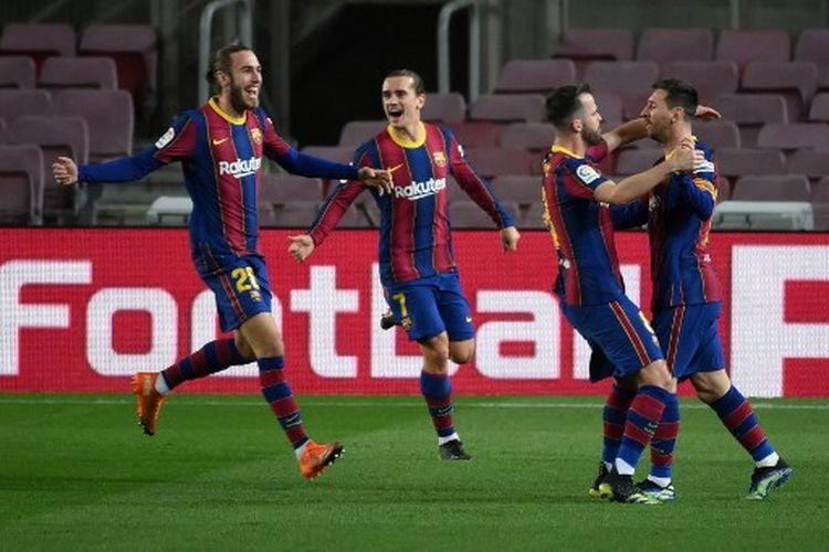 Lionel Messi (kanan) merayakan golnya bersama rekan satu timnya pada laga pekan ke-21 Liga Spanyol yang mempertemukan Barcelona vs Athletic Bilbao di Stadion Camp Nou, Minggu (31/1/2021).