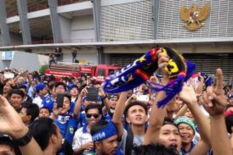 Fans Persib Bandung atau bobotoh bersorak sorai menyambut kedatangan Gubernur DKI Jakarta Basuki Tjahaja Purnama di Stadion Utama Gelora Bung Karno, Senayan, Minggu (18/10/2015) sore.