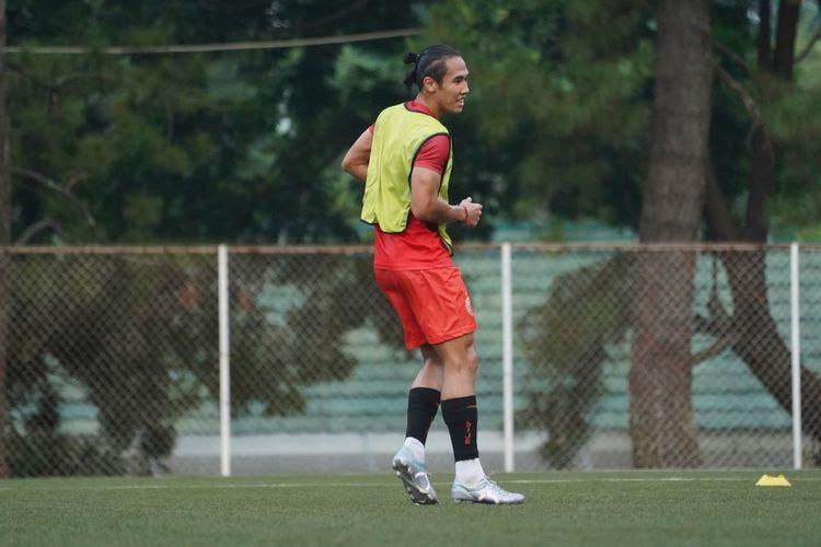 Bek Persija Jakarta, Ryuji Utomo, menggunakan sepatu sepak bola brand lokal, Ortuseight.