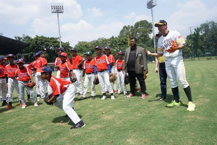 Atlet bisbol Jepang dari klub Fukuoka Softbank Hawks, Shuhei Fukuda, memberikan arahan kepada atlet bisbol junior Indonesia di Lapangan Softball Gelora Bung Karno, Senayan, Jakarta, Rabu (19/12/2018).
