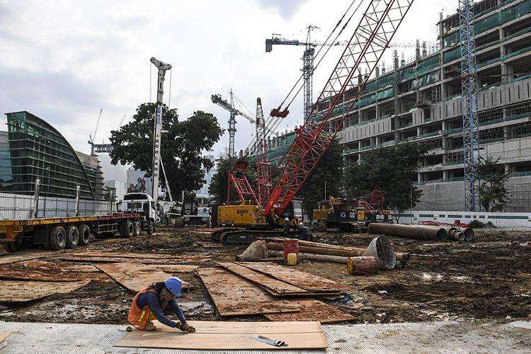 Sejumlah pekerja menyelesaikan pembangunan proyek revitalisasi tahap II di komplek Taman Ismail Marzuki (TIM), Cikini, Jakarta, Senin (22/3/2021). Menurut PT Jakarta Propertindo (Jakpro), pembangunan tahap I revitalisasi kawasan TIM mencapai 75 persen dengan progres pembangunan 87 minggu, sementara tahap II masih 1 persen dengan tahap pengerjaan enam minggu.