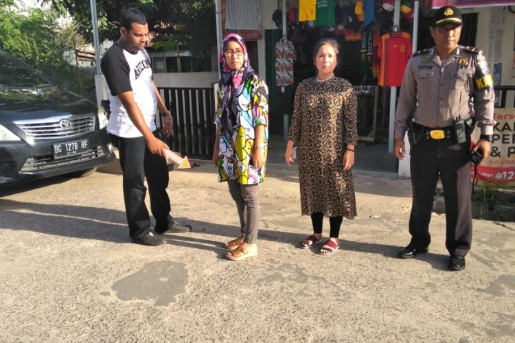 Polresta Palembang melakukan olah TKP dimana kroban rina menjadi korban jambret oleh dua pelaku yang menggunakan jaket serta helm ojek online.