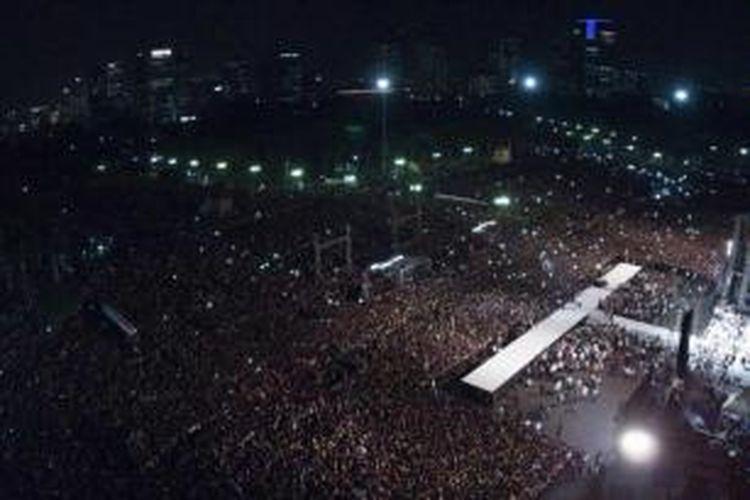 Presiden Joko Widodo (kanan) menyampaikan pidato di depan ribuan warga dalam Syukuran Rakyat Salam Tiga Jari di Lapangan Monas, Jakarta, Senin (20/10/2014). Syukuran diselenggarakan rakyat untuk menyambut presiden baru.