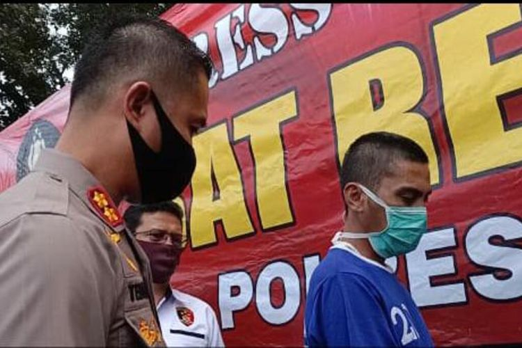 AS alias Pelor (baju biru), 34, pengendara yang tabrak polisi di Subang karena tak terima ditegur.