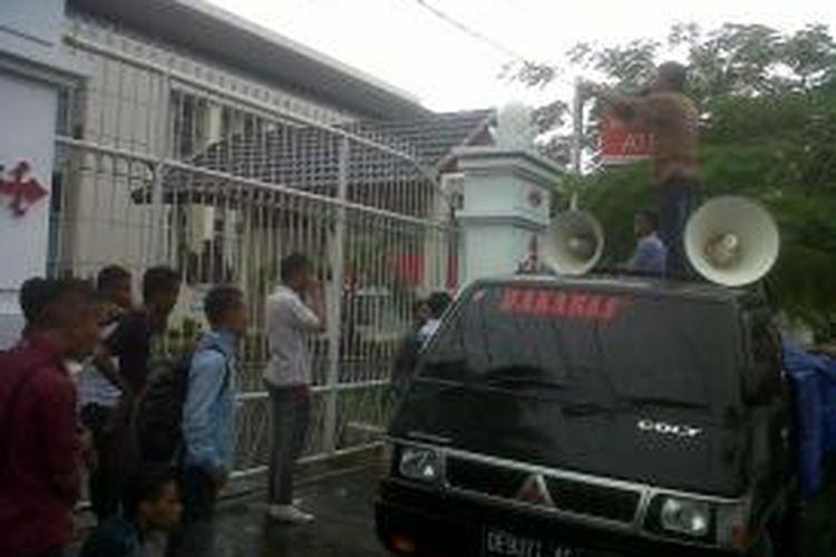 Aksi unjuk rasa puluhan mahasiswa yang tergabung dalam Gerakan Mahasiswa Anti Korupsi (GAMAK) di depan Kantor Kejaksaan Tinggi (Kejati) Maluku, Jumat (25/10/2013) berakhir ricuh.