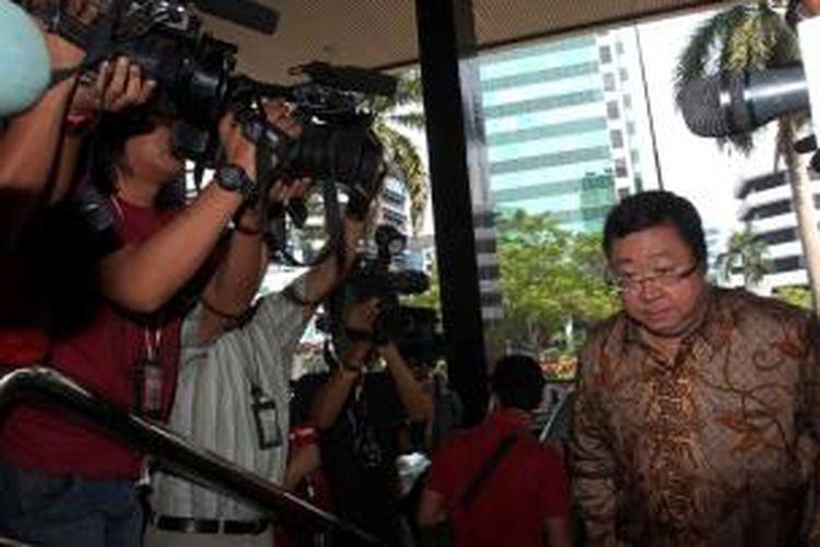 Mantan Dirut Bank Century, Robert Tantular diperiksa Komisi Pemberantasan Korupsi (KPK) di Jakarta, Rabu (21/8/2013). Robert diperiksa sebagai saksi dalam kasus dugaan korupsi pemberian Fasilitas Pendanaan Jangka Pendek (FPJP) Bank Century. Robert akan diperiksa untuk tersangka mantan pejabat Bank Indonesia, Budi Mulya.