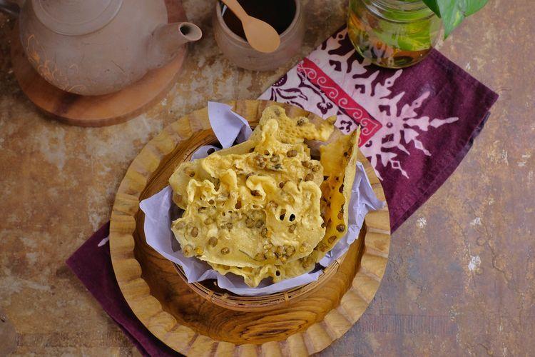 Ilustrasi peyek kacang hijau di dalam mangkuk saji.