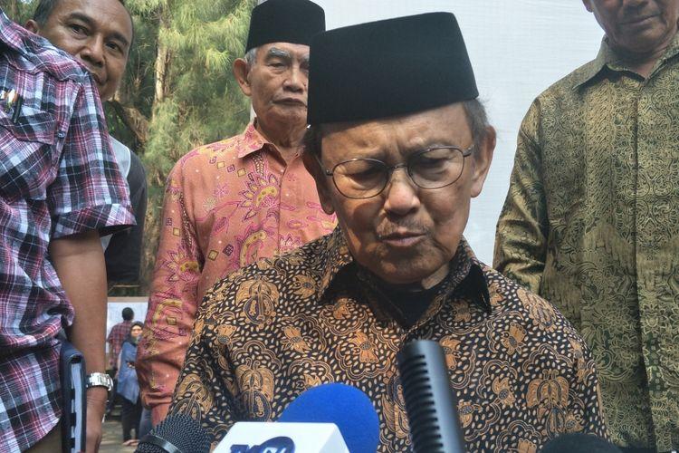 Presiden Republik Indonesia ketiga Bacharuddin Jusuf Habibie atau BJ Habibie usai menggunakan hak suaranya dalam Pemilihan Umum (Pemilu) 2019. Habibie mencoblos di Tempat Pemungutan Suara (TPS) 10 Kelurahan Kuningan Timur, Jakarta Selatan, Rabu (17/4/2019).