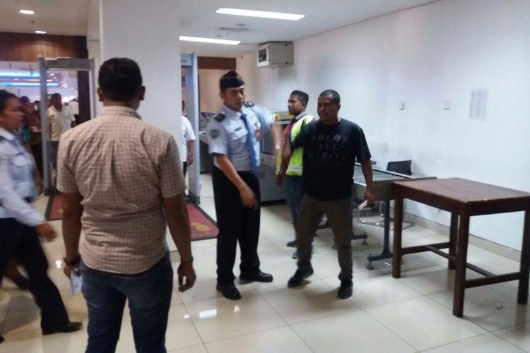 Sepri Ndun membuat keributan di ruang tunggu Bandar Udara El Tari Kupang, Nusa Tenggara Timur (NTT), Kamis (5/10/2017).