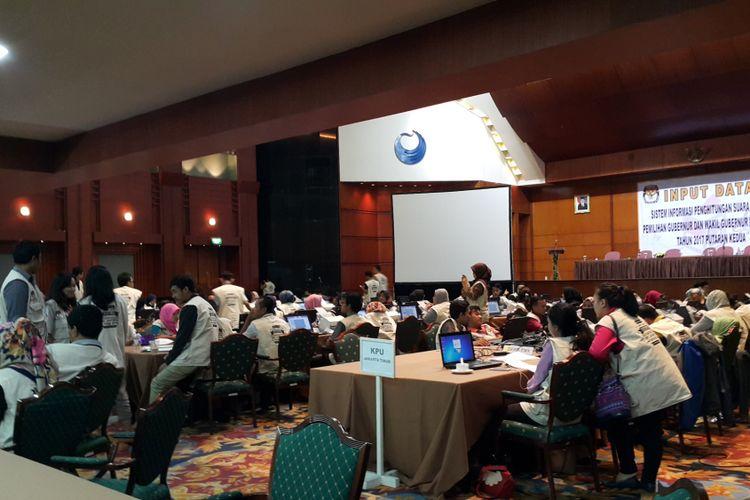 Petugas KPU DKI Jakarta yang akan memasukkan data dan mengunggah hasil scan formulir C1 atau hasil perolehan suara di setiap TPS di DKI Jakarta melalui sistem informasi penghitungan suara (Situng) KPU RI di Hotel Bidakara, Jakarta Selatan, Rabu (19/4/2017).