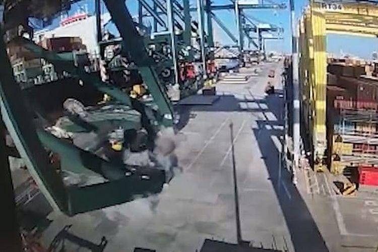 Tangkapan layar dari detik-detik jatuhnya crane di Pelabuhan Valencia, Spanyol, usai ditabrak salah satu kapal kontainer terbesar di dunia.